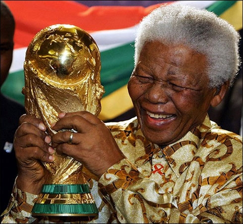 Nelson-Mandela-with-the-World-Cup2010-trophy