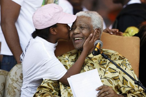 mandela-gets-kiss-from-his-grandkid2008